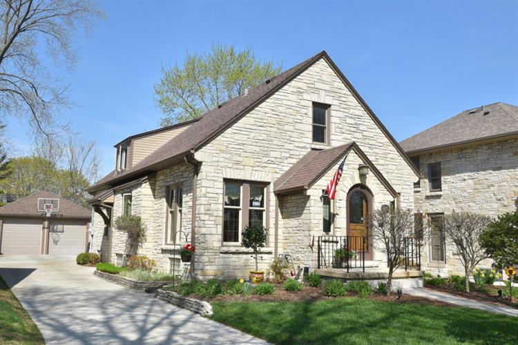 2467 N 88th St, Wauwatosa, WI 53226