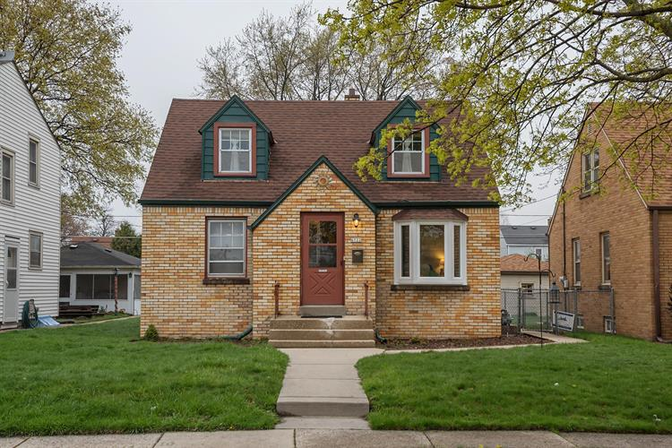 Pleasant 6722 W Hayes Ave West Allis Wi 53219 For Sale Mls 1634137 Weichert Com Home Interior And Landscaping Palasignezvosmurscom