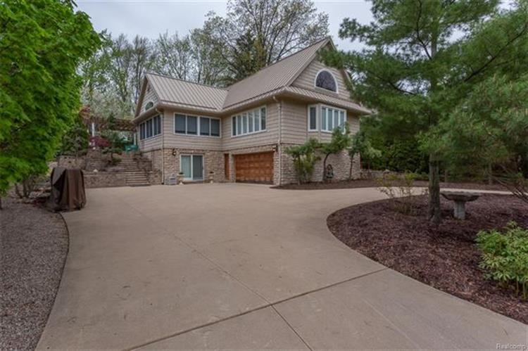 5570 BLUEBIRD ST, Orchard Lake, MI 48324