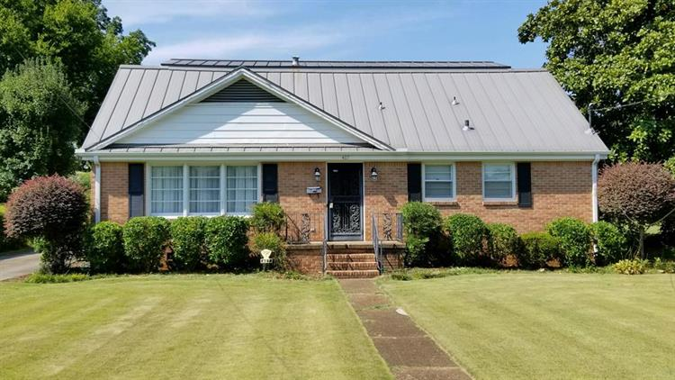 407 4th St E, Tuscumbia, AL 35674