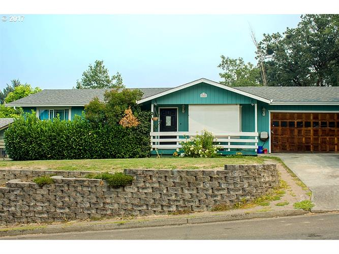 2205 CIRCLE DR, Roseburg, OR 97471